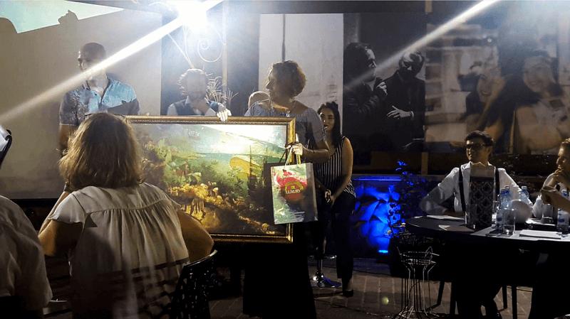 Intellectual Battle 2017. НА фото- Ольге Цвиль вручают приз за победу в игре со зрителями